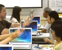 講習会での透明文字盤の練習風景